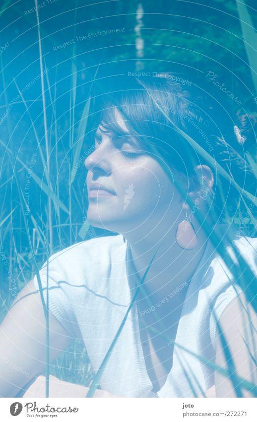 Sonne einatmen Jugendliche schön Sommer ruhig Erwachsene Erholung Wiese feminin Erotik Wärme träumen Junge Frau Zufriedenheit Kraft Freizeit & Hobby 18-30 Jahre