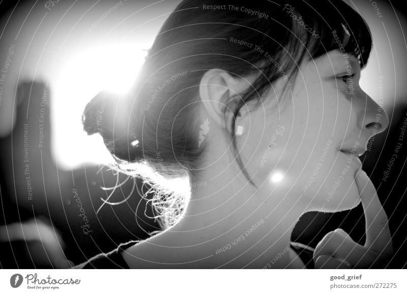 nachgedacht. Mensch Frau Jugendliche Ferien & Urlaub & Reisen schön Sonne Erwachsene Gesicht Umwelt Ferne Auge feminin Gefühle Haare & Frisuren Junge Frau Kopf