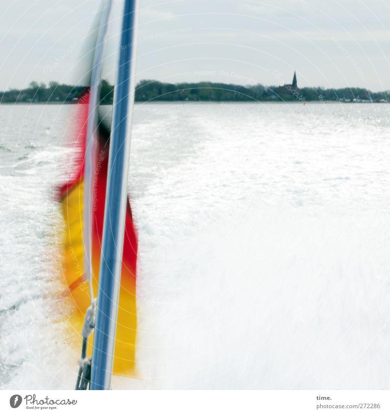 Hiddensee | Schland am Heck Wasser Himmel Horizont Wellen Küste Ostsee Hafenstadt Kirche Turm Fahne Fahnenmast Schifffahrt Fähre Sportboot Motorboot