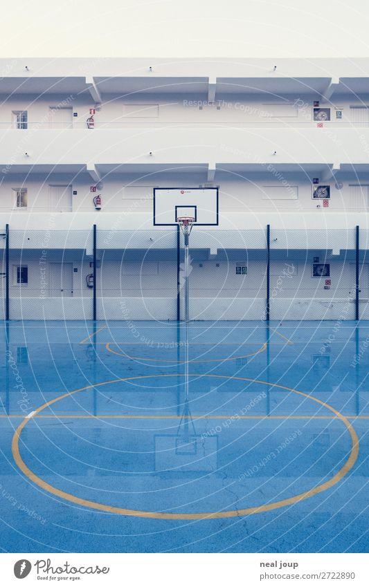 Flooded holidays -I- Spielen Ferien & Urlaub & Reisen Tourismus Basketball Basketballplatz schlechtes Wetter Hotel Fassade glänzend nass blau weiß Gelassenheit