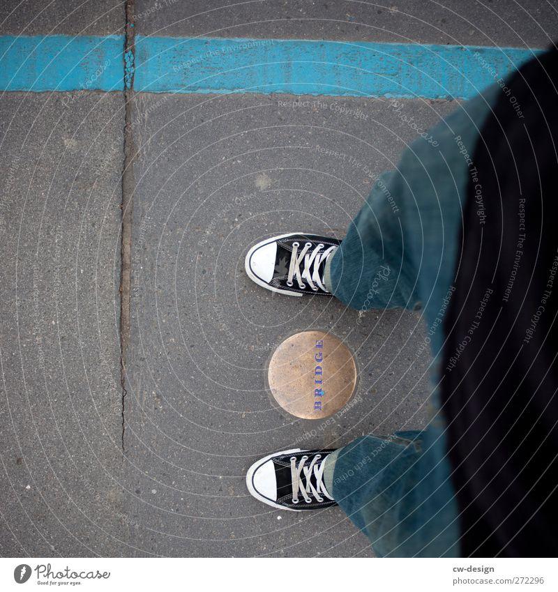 Tower Bridge Mensch Mann Jugendliche Erwachsene Wege & Pfade Stein Stil Beine Metall Fuß Schuhe Junger Mann Freizeit & Hobby Schilder & Markierungen maskulin 18-30 Jahre