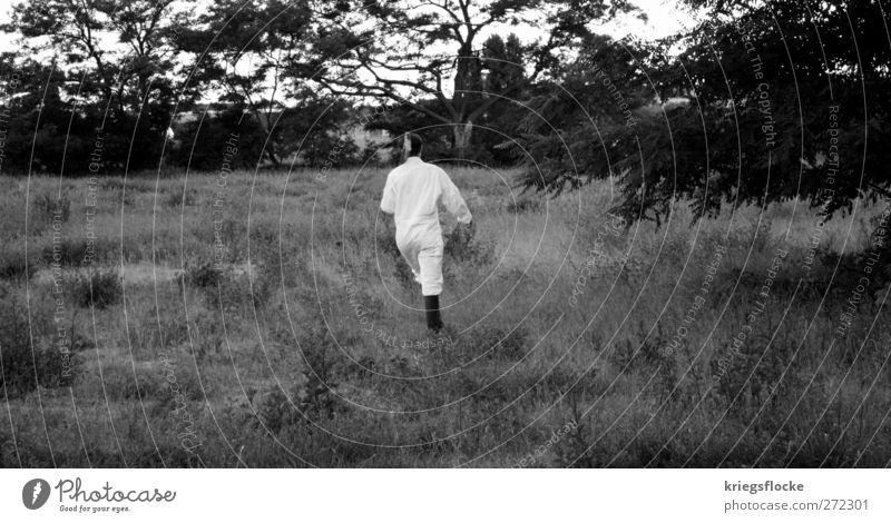 Gestiefelter Abgang Mensch Natur weiß Wiese Bewegung Gras Garten Kunst Park außergewöhnlich laufen Abenteuer rennen Jagd Stiefel bizarr