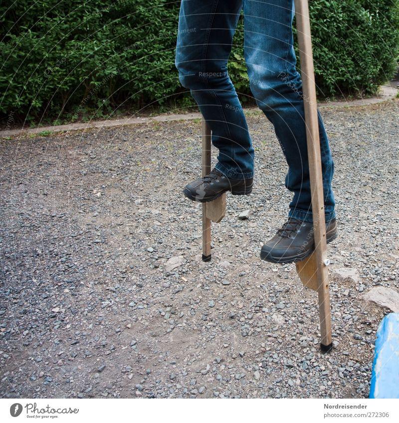 Balance Mensch Freude Leben Wege & Pfade Beine Zufriedenheit Freizeit & Hobby Erfolg Sträucher Jeanshose Konzentration sportlich Mobilität Kontrolle Willensstärke anstrengen