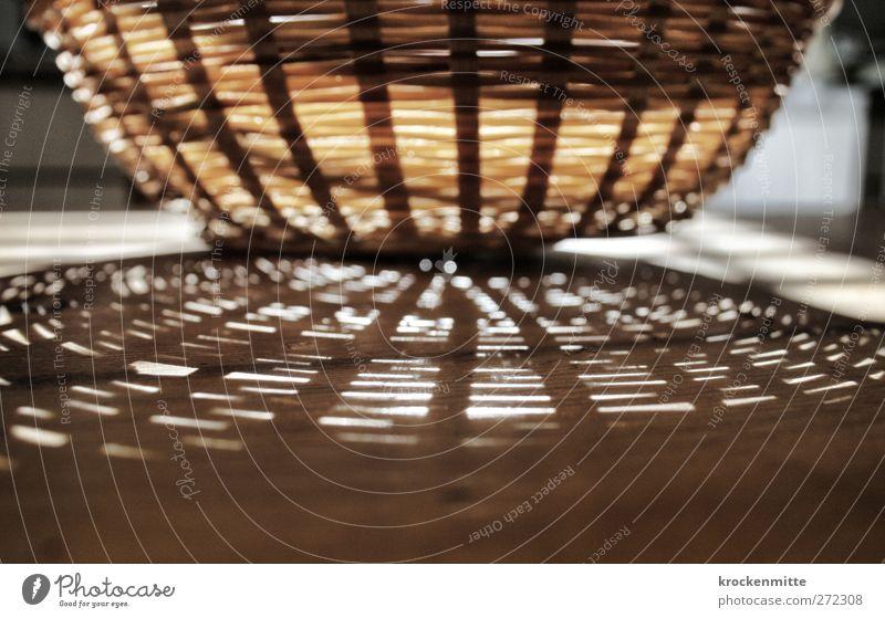 Unheimlicher Brotkorb der dritten Art Holz leer Tisch Küche Frühstück Lichtspiel Korb Lichtpunkt Schattenspiel geflochten Lichtschein Lichteinfall lichtvoll