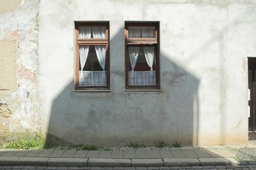 Fenster Kleinstadt Stadt Stadtzentrum Menschenleer Haus Einfamilienhaus Bauwerk Gebäude Architektur Mauer Wand alt Gardine 2 Altbau Schattenseite Farbfoto