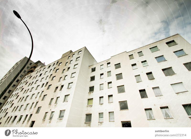 Neubau Stadt Hauptstadt Stadtzentrum Menschenleer Haus Hochhaus Bauwerk Gebäude Architektur Fassade Fenster hässlich Block Etage fasade Fensterfront urban