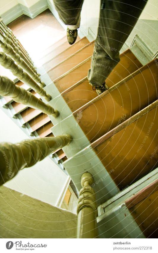 Treppe hoch Häusliches Leben Wohnung Beine Fuß Stadt Stadtzentrum Bauwerk Architektur gehen Zufriedenheit wallroth Treppenhaus Treppengeländer Treppenabsatz