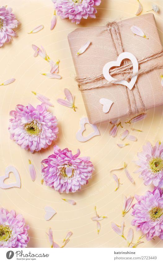 Blumenkomposition mit Herzen und Geschenkbox Design Dekoration & Verzierung Hochzeit Frau Erwachsene Mutter Kunst oben gelb rosa Kreativität Hintergrund