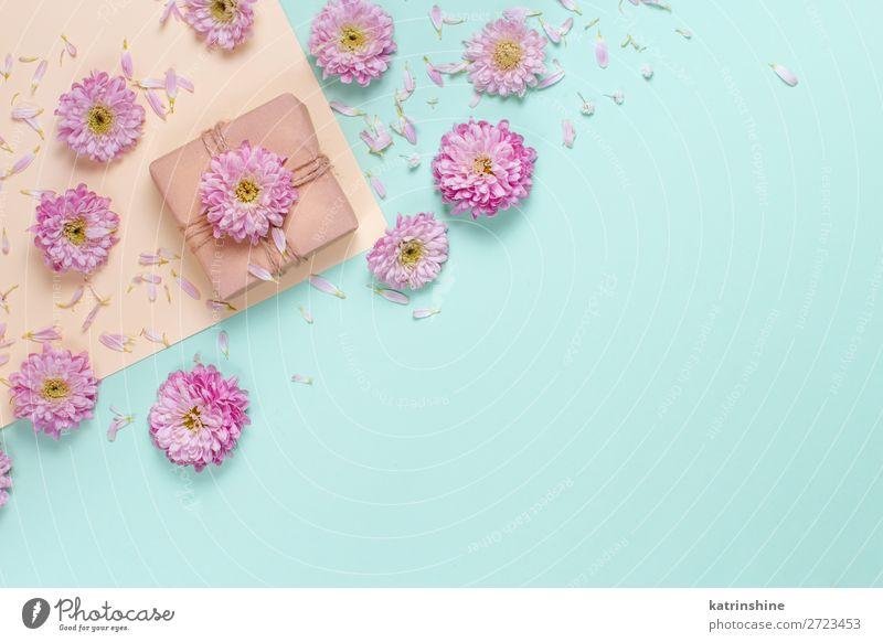 Blumenzusammensetzung mit Geschenkbox Design Dekoration & Verzierung Hochzeit Frau Erwachsene Mutter Kunst oben gelb rosa Kreativität Hintergrund Postkarte
