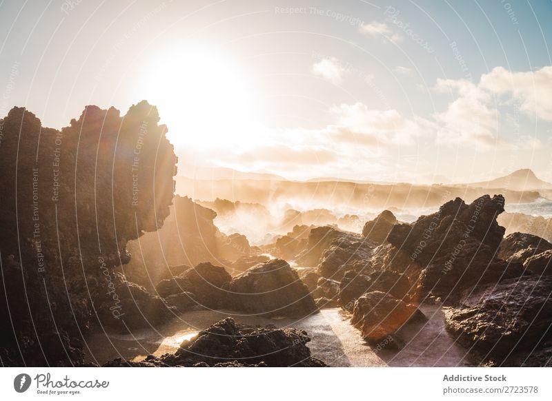 Nahaufnahme einiger Felsen am Strand Wasser blau See Himmel Farbe