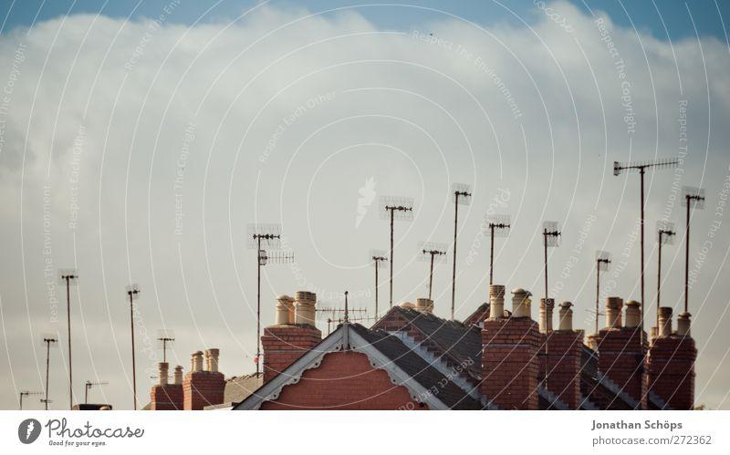 voller Empfang Großbritannien England Stadt bevölkert Haus ästhetisch lustig Antenne Dach Himmel Wolken Schornstein senden Fernsehen veraltet viele