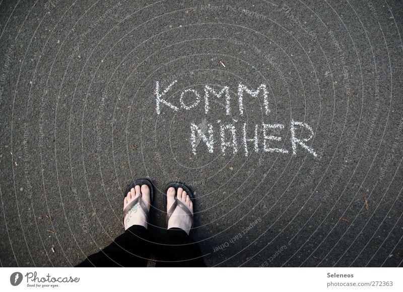 liebebedürftig? dann ... Mensch Fuß 1 Straße Hose Schuhe Flipflops Stein Beton Zeichen Schriftzeichen Ziffern & Zahlen Schilder & Markierungen Hinweisschild