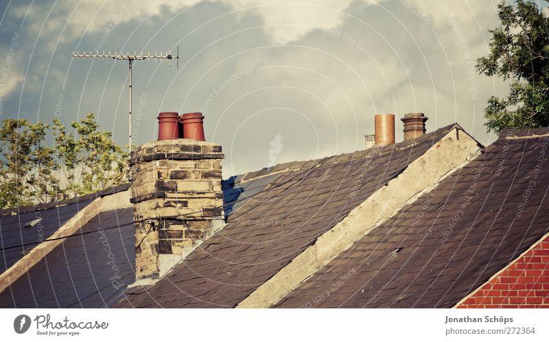 britische Dächer I Himmel Schönes Wetter England Großbritannien Stadt Stadtrand Haus Einfamilienhaus Dach Schornstein Antenne ästhetisch Häusliches Leben