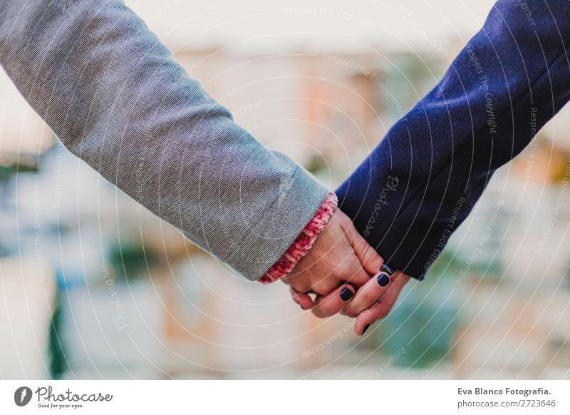 zwei Frauen, die im Freien Händchen halten. Liebeskonzept Lifestyle Glück Sommer Sonne Homosexualität Erwachsene Mann Freundschaft Paar Arme Hand Straße stehen