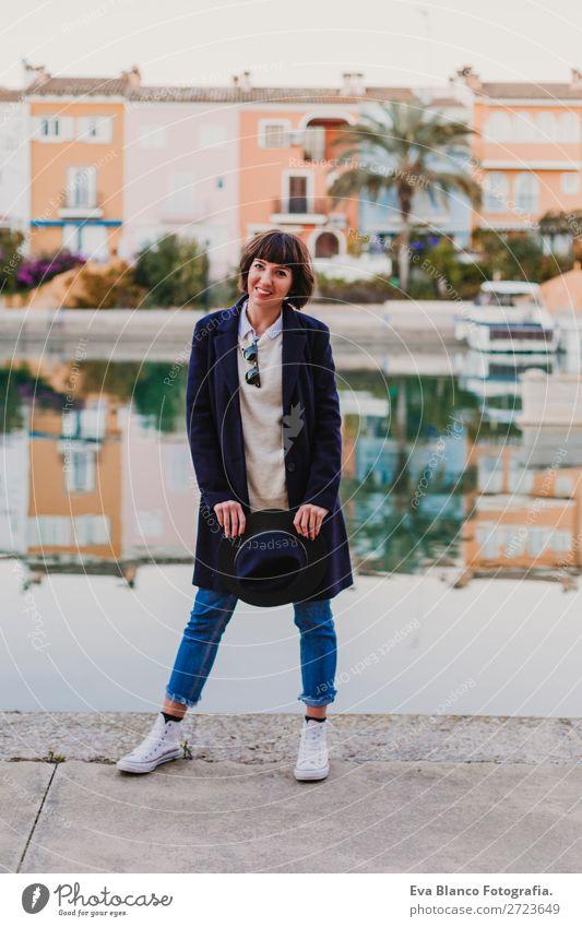 Porträt einer jungen, schönen Frau im Freien Lifestyle Stil Glück Sommer Erwachsene Herbst Stadt Straße Wasserfahrzeug Mode Bekleidung Sonnenbrille Hut Lächeln