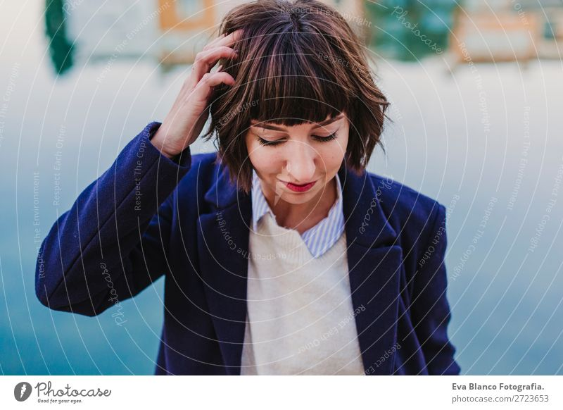 Porträt einer jungen, schönen Frau im Freien Lifestyle Stil Glück Sommer Mensch feminin Erwachsene Haare & Frisuren 18-30 Jahre Jugendliche Herbst Stadt Straße