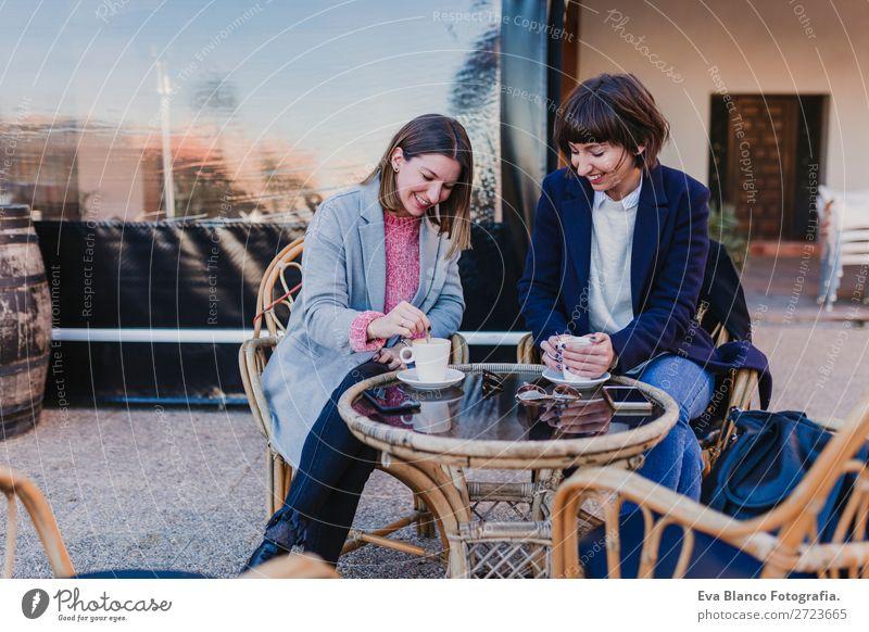 zwei Freunde beim Vergnügen auf der Terrasse Getränk Kaffee Tee Lifestyle elegant Freude Glück schön Freizeit & Hobby Ferien & Urlaub & Reisen Tisch sprechen