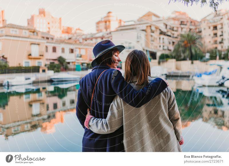 Zwei glückliche Freunde beim Spaß im Hafen Lifestyle Freude Glück Leben Sonne Sitzung sprechen Frau Erwachsene Familie & Verwandtschaft Freundschaft