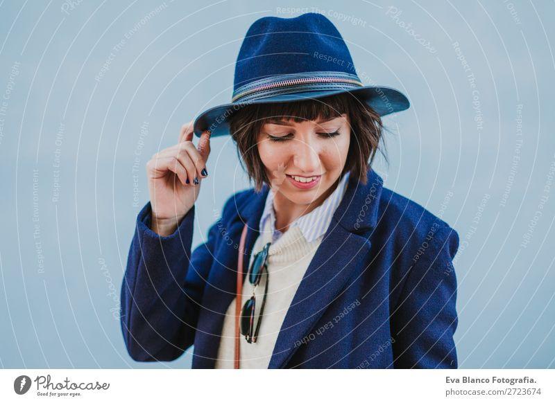 Porträt einer jungen, schönen Frau im Freien Lifestyle Stil Glück Sommer Erwachsene Herbst Stadt Straße Mode Bekleidung Sonnenbrille Hut Lächeln trendy modern