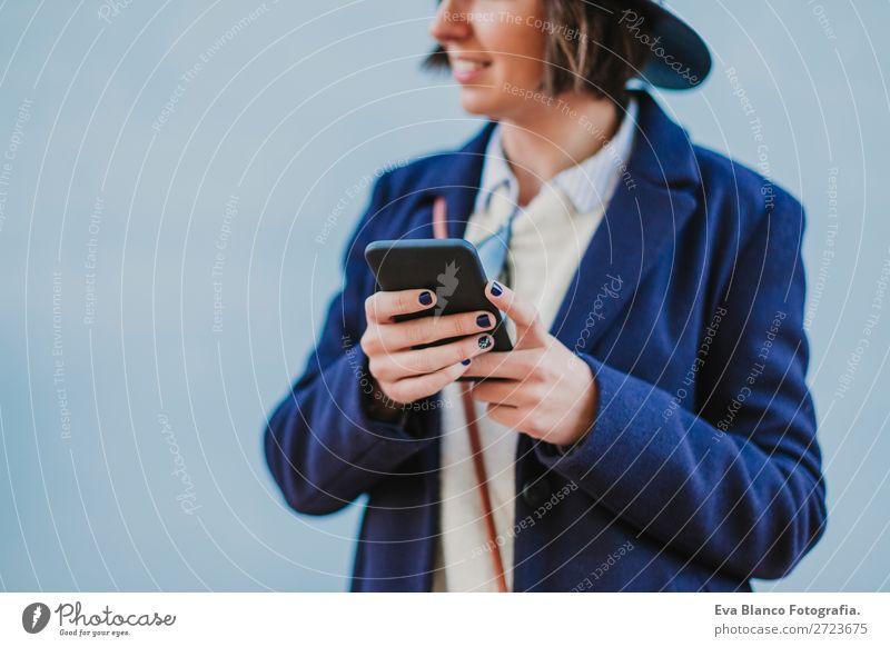 Porträt im Freien von einer Frau mit. Lifestyle Stil Glück schön Handy Technik & Technologie Internet Erwachsene Herbst Stadt Straße Mode Bekleidung