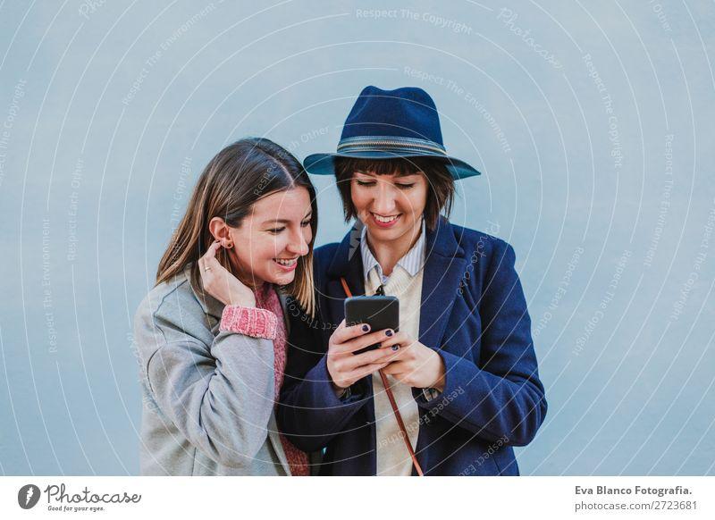 zwei Freunde im Freien, die einen Selfie machen. Lifestyle Stil Glück schön Handy Technik & Technologie Internet Frau Erwachsene Freundschaft Herbst Stadt