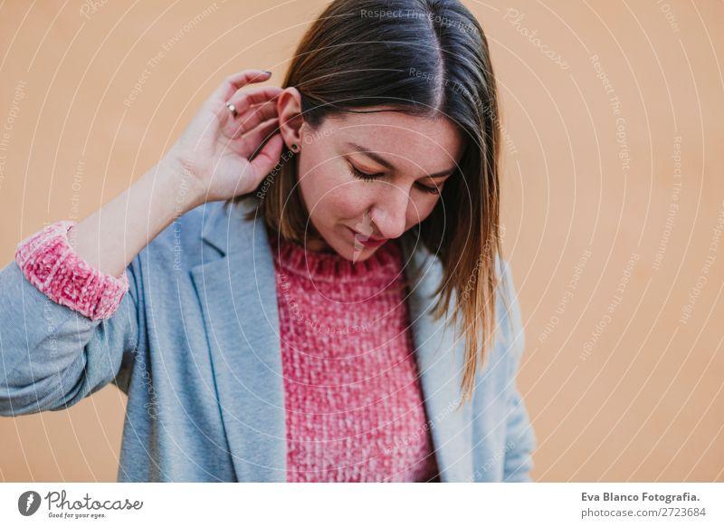 Porträt einer jungen, schönen Frau im Freien Lifestyle Stil Glück Erwachsene Herbst Stadt Straße Mode Bekleidung Hut Lächeln trendy modern Einsamkeit Wochenende