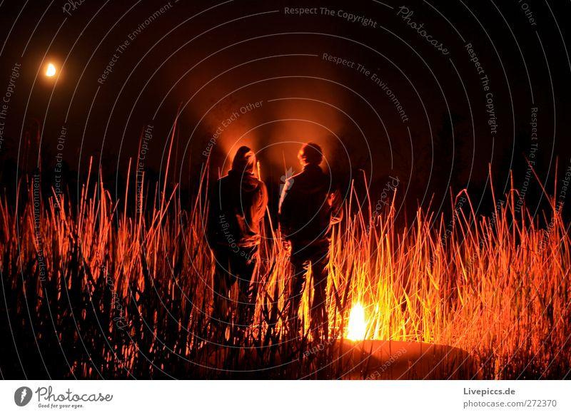 Zum Boddenhof Mensch maskulin Mann Erwachsene Körper 2 Umwelt Natur Landschaft Feuer Mond Pflanze Sträucher Seeufer leuchten Farbfoto Außenaufnahme Experiment