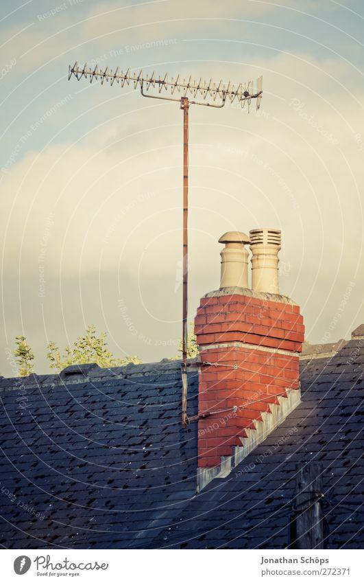 britische Dächer III Himmel Sonne Haus ästhetisch Dach Technik & Technologie Fernsehen Backstein Schornstein England gerade Antenne Kleinstadt Stadtrand