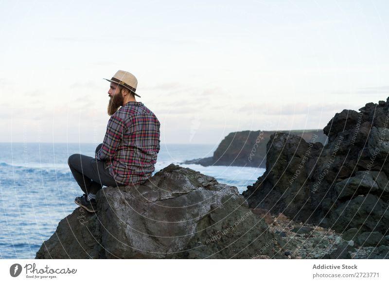 Tourist beim Entspannen auf Stein am Meer Natur Mann bärtig Felsen Küste Strand sitzen aussruhen Ferien & Urlaub & Reisen Abenteuer Landschaft Azoren wandern
