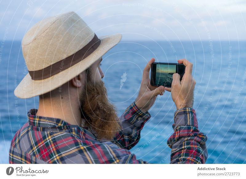 Tourist Mann beim Fotografieren Natur bärtig heiter zeigen Seeküste Meer Ferien & Urlaub & Reisen Azoren Abenteuer Landschaft wandern Außenaufnahme Aussicht