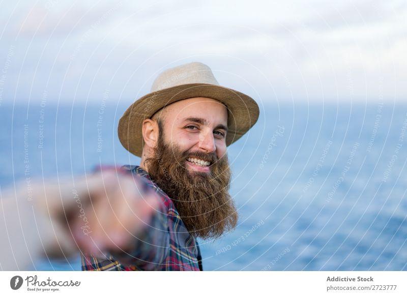 Mann hält Händchen am Meer Tourist Natur bärtig Hut Händchenhalten Liebe mir folgen gestikulieren Seeküste Ferien & Urlaub & Reisen Abenteuer Azoren Landschaft