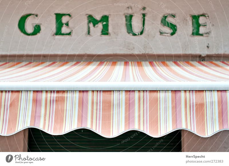 G E M Ü S E alt weiß grün Stadt Haus Wand Mauer Schriftzeichen Streifen Gemüse gestreift Markise Marktstand Gemüsehändler Gemüseladen Gemüsemarkt