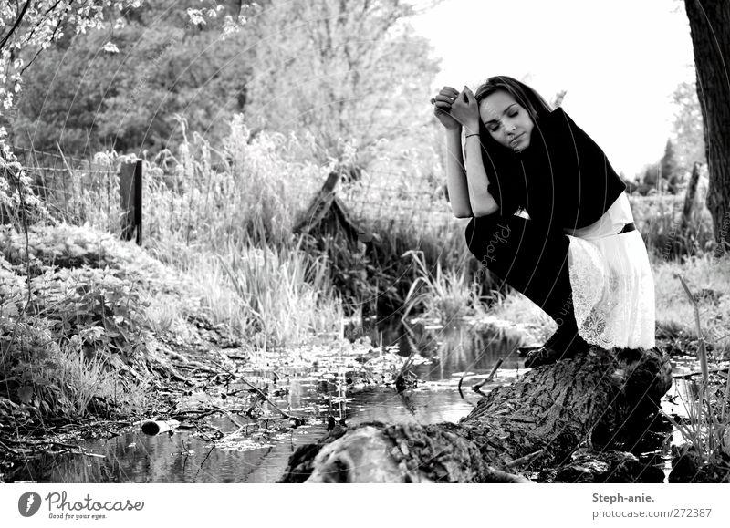 Time Out Ausflug feminin Junge Frau Jugendliche 1 Mensch Wasser Gras Sträucher Bach Kleid Jacke Strumpfhose Denken Erholung genießen schlafen sitzen träumen
