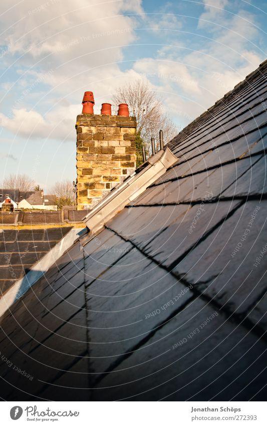 britische Dächer IV Himmel blau Stadt rot Haus schwarz gelb Architektur Stein Gebäude ästhetisch Häusliches Leben Perspektive Dach Schönes Wetter Kultur