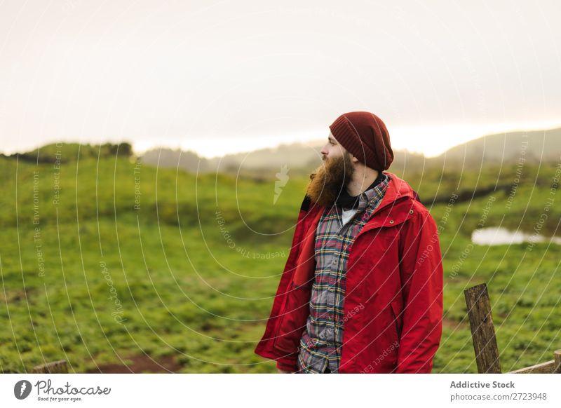 Verträumter bärtiger Mensch in der Natur Tourist Feld grün Landschaft Himmel Sommer träumen besinnlich Fürsorge Jacke rot Mann Wegsehen Ferien & Urlaub & Reisen