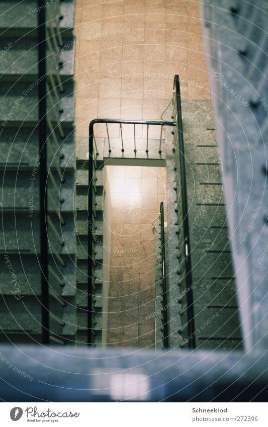 Stufig Haus kalt Architektur Gebäude laufen Treppe hoch Hochhaus Bauwerk Fliesen u. Kacheln Treppengeländer Krankenhaus Etage Flur außer Atem