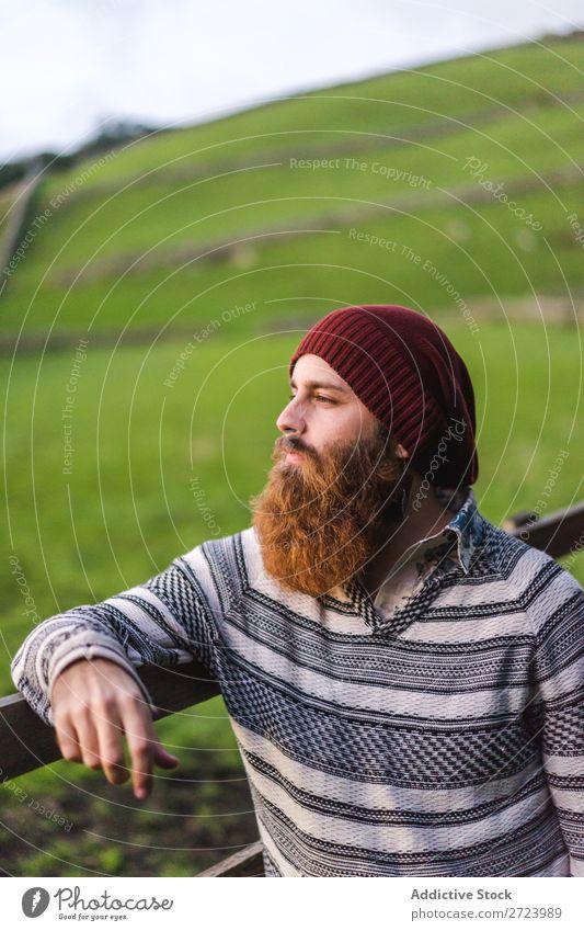 Bartiger Mann am Zaun auf dem Feld Tourist Natur bärtig Holz Blick in die Kamera grün Ferien & Urlaub & Reisen Abenteuer Landschaft wandern Azoren Außenaufnahme