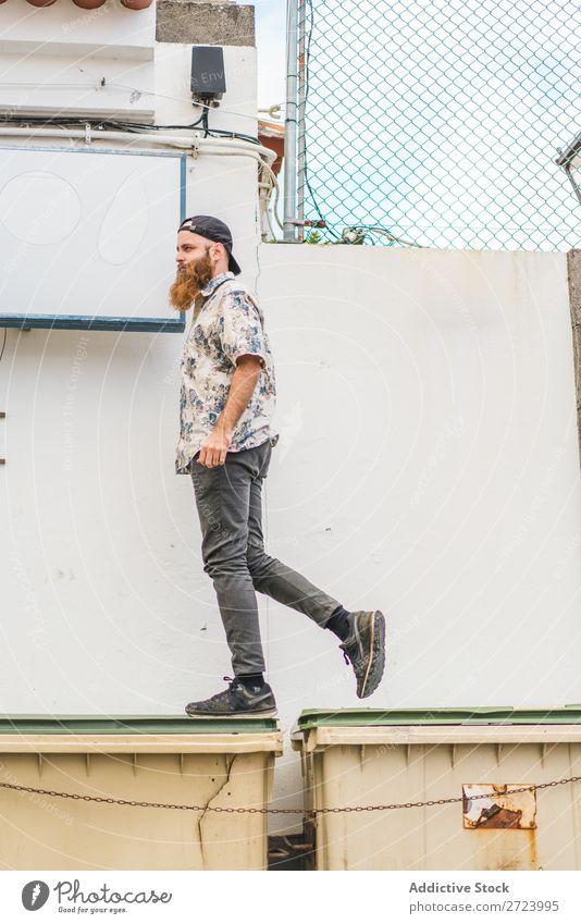 Mann geht auf Müllcontainern spazieren Großstadt Straße laufen bärtig Müllbehälter Container Lifestyle Jugendliche Körperhaltung tretend Stadt Mensch Typ