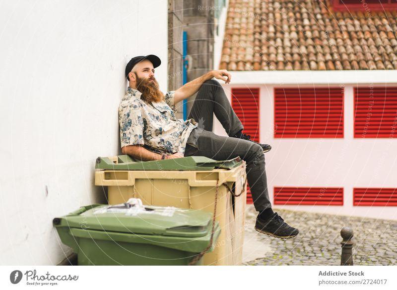 Bartiger Mann auf Müllcontainer sitzend Großstadt Straße bärtig Müllbehälter Container Lifestyle Jugendliche Stadt Mensch Typ Coolness Stil Erwachsene