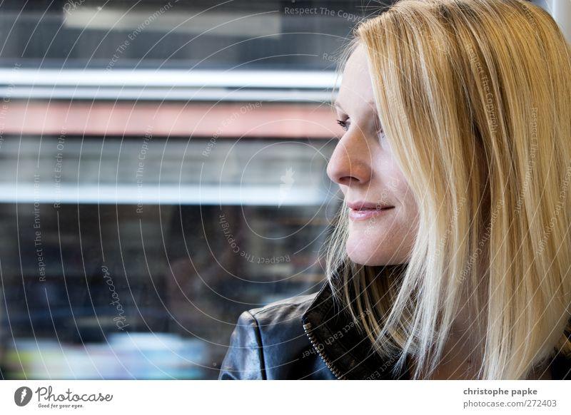 on the move Mensch Jugendliche Erwachsene feminin Bewegung Junge Frau Zufriedenheit blond 18-30 Jahre Verkehr Geschwindigkeit fahren Lächeln Personenverkehr Bahnfahren Öffentlicher Personennahverkehr