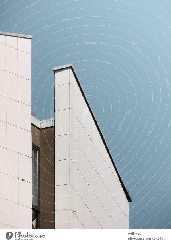 nischendasein Wolkenloser Himmel Chemnitz Haus Hochhaus Gebäude Architektur Mauer Wand Fassade blau weiß Nische Neigung Moderne Architektur Nischendasein
