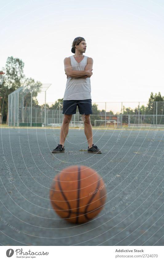 Korbball und Spieler im Hintergrund Basketball Ball Sportpark Park Orange Objektfotografie Boden Aktion Fitness Sommer Strukturen & Formen üben lügen Spielen