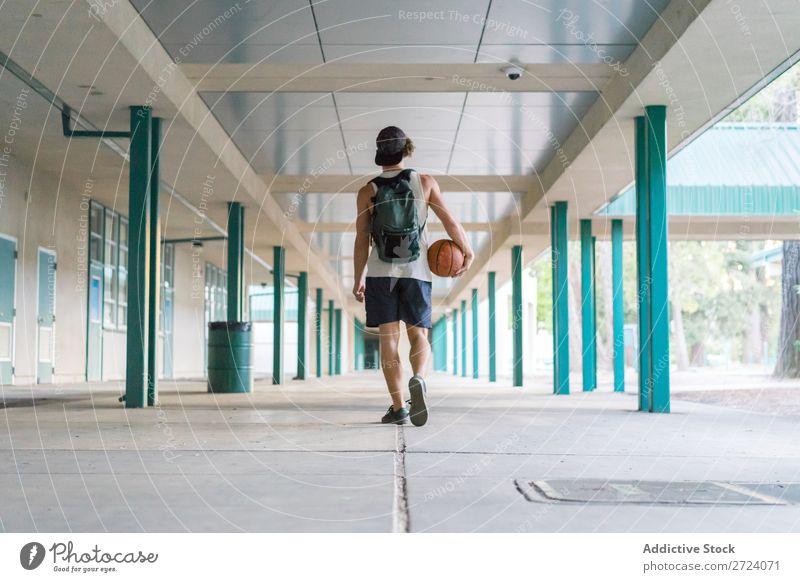 Mann mit Ball geht nach draußen Sportler Spieler Erholung Basketball laufen fertig Sommer Lifestyle Spielen Straße modern Aktion Stadt Motivation Außenaufnahme