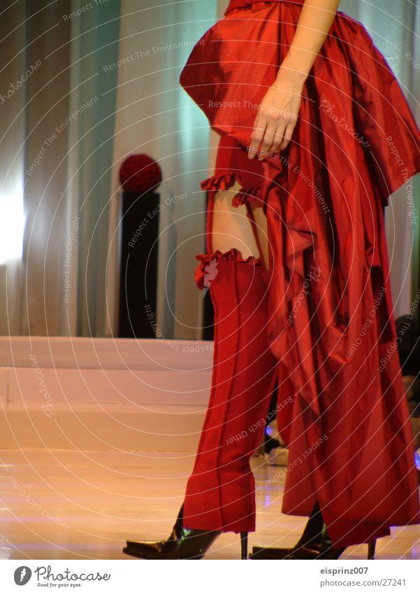 couture Model Strapse Frau Beine Kontrast