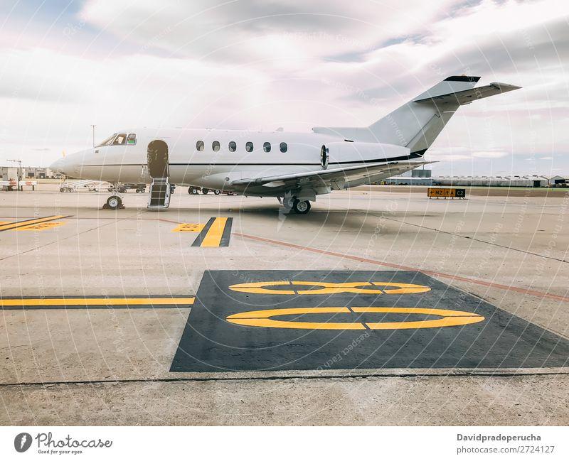 Privater Luxusjet am Flughafen-Terminal Luft- und Raumfahrt Fluggerät Flugplatz Luftverkehr Passagierflugzeug Flugzeug Landebahn Business Business Class Wolken