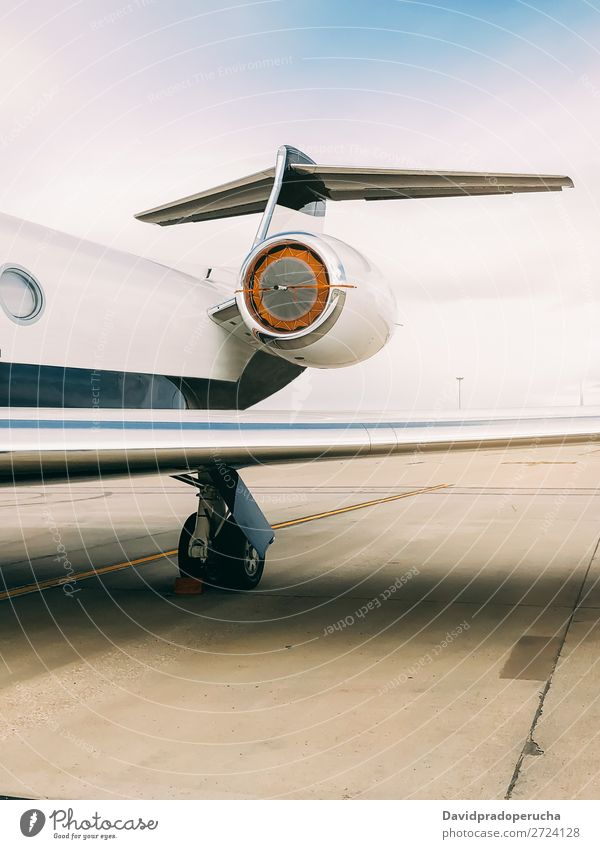 Privater Luxusjet am Flughafen-Terminal Luft- und Raumfahrt Fluggerät Flugplatz Luftverkehr Passagierflugzeug Flugzeug Landebahn Business Business Class
