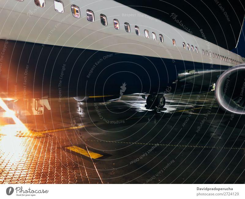 Flugzeug an der Start- und Landebahn des Flughafens Luftverkehr Fluggerät Verkehr Etage