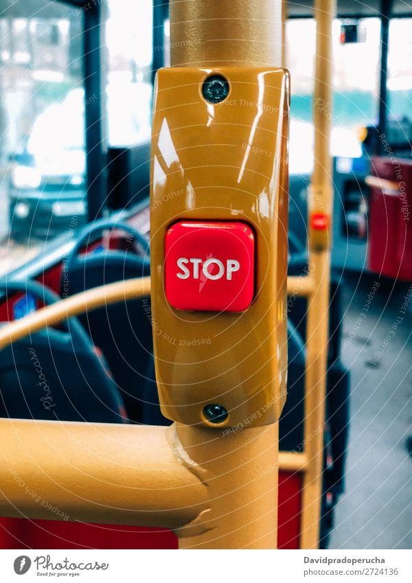 Bushaltestelle in London PKW Reisebus Verkehr Knöpfe stoppen Mechanismus Großbritannien Öffentlicher Personennahverkehr Nahaufnahme vertikal Signal Ausflug