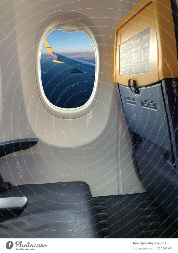 Blick aus einem Flugzeugfenster Ausflug Luft Ferien & Urlaub & Reisen Luftverkehr Himmel Business Etage Fenster Aussicht Verkehr Fluggerät Innenarchitektur
