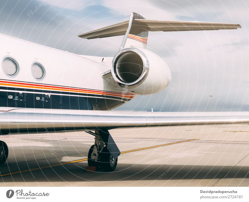 Privater Luxusjet am Flughafen-Terminal Düsenflugzeug Perücke privat Reichtum Turbine Luftverkehr Lokomotive Business Class Exklusivität Fluggerät Flugzeug